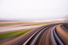 Geschwindigkeitsbewegung im städtischen Landstraßenstraßentunnel Stockfotografie