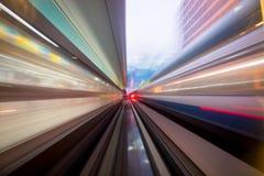 Geschwindigkeitsbewegung im städtischen Landstraßenstraßentunnel Lizenzfreie Stockfotos