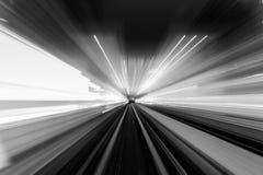 Geschwindigkeitsbewegung im städtischen Landstraßenstraßentunnel Lizenzfreies Stockfoto