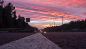 Geschwindigkeitslandstraße an der Dämmerung Stockfoto