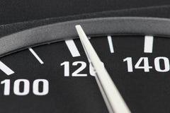 Geschwindigkeitsmesser bei 120 km/h Stockbild