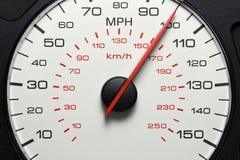 Geschwindigkeitsmesser bei 100 MPH Stockbild