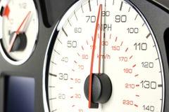 Geschwindigkeitsmesser bei 80 MPH Stockfotos