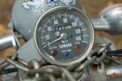 Geschwindigkeitsmesser circa mittleren von 1960 klassisch und von Weinlese Yamaha-Motorrad stockfotografie