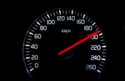 Geschwindigkeitsmesser an der großen Geschwindigkeit mit rotem Index Stockfotos