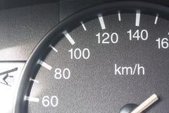 Geschwindigkeitsmesser eines alten Autos stockfoto
