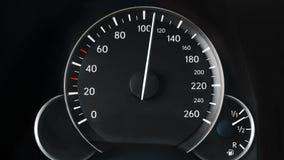 Geschwindigkeitsmesser eines Autos stock footage
