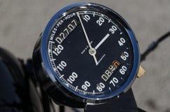 Geschwindigkeitsmesser, Entfernungsmesser und tripometer auf einem Retro- Motor fahren rad Lizenzfreies Stockbild