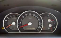Geschwindigkeitsmesser im Auto Stockfotografie