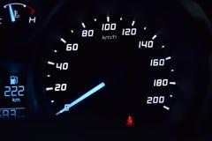 Geschwindigkeitsmesser im Auto Stockbild