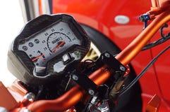 Geschwindigkeitsmesser- und Gasmessgerät des laufenden Motorrades stockbild
