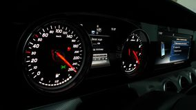 Geschwindigkeitsmesser und Tachometer mit zusätzlichen Instrumenten stock video