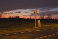 Geschwindigkeitsregelung nachts Stockfotos