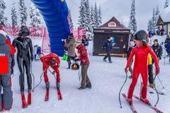 Geschwindigkeitsskifahrer am Ende ihres Rennens an der Geschwindigkeits-Herausforderung und an FIS beschleunigen Ski World Cup Ra Stockbilder
