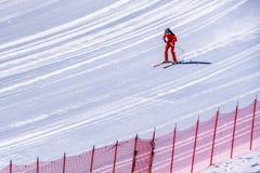 Geschwindigkeitsskifahrer am Ende ihres Rennens an der Geschwindigkeits-Herausforderung und an FIS beschleunigen Ski World Cup Ra Stockbild