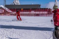 Geschwindigkeitsskifahrer am Ende seines Rennens an der Geschwindigkeits-Herausforderung und FIS beschleunigen Ski World Cup Race Lizenzfreie Stockfotos