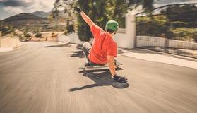 Geschwindigkeitsunschärfe schnelles longboard abschüssiger Schlittschuhläufer Lizenzfreie Stockbilder