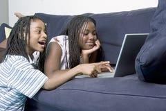 Geschwister auf dem Computer Stockbild