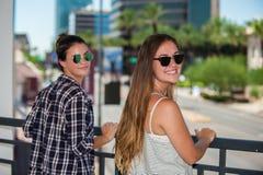 Geschwister in der Sonnenbrille Stockfotos