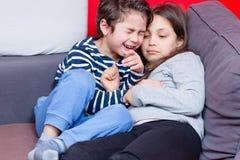 Geschwister, die auf Bett spielen stockbilder