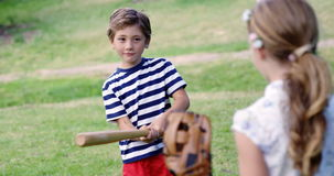 Geschwister, die Baseball im Park spielen stock video