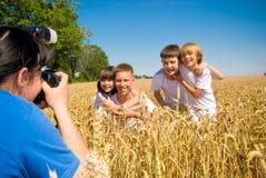 Geschwister, die an der Kamera aufwerfen Stockfotografie