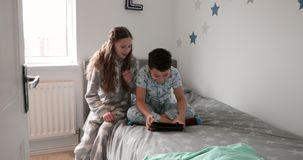Geschwister, die Digital-Tablet verwenden stock footage