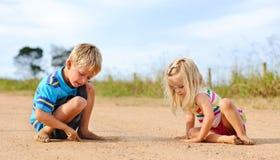 Geschwister, die draußen spielen lizenzfreie stockfotografie