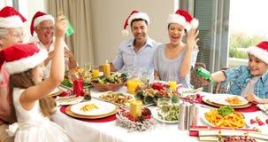 Geschwister, die einen Weihnachtscracker am Abendtische ziehen stock video footage