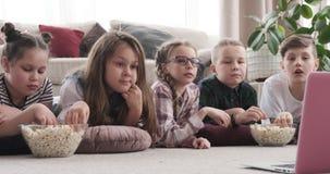 Geschwister, die Film aufpassen und zu Hause Popcorn essen stock video footage