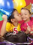 Geschwister, die Geburtstag feiern lizenzfreie stockfotos