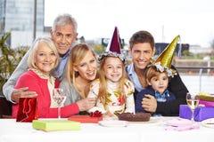 Geschwister, die Geburtstag feiern lizenzfreie stockbilder