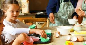 Geschwister, die Nahrung mit Familie in der Küche 4k zubereiten stock video