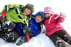 Geschwister im Schnee Stockfotos