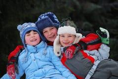 Geschwister im Winter Stockfotos