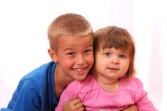 Geschwister-Junge und Mädchen Lizenzfreies Stockbild