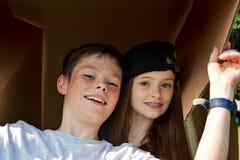 Geschwister mit Pappschachtel stockfotografie