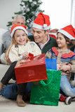 Geschwister und Vater With Christmas Presents Lizenzfreie Stockfotos
