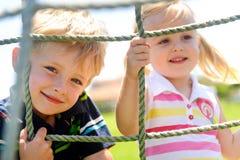 Geschwisterspielen lizenzfreie stockfotos