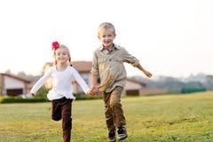 Geschwisterspielen lizenzfreies stockfoto