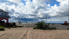 Geschwollene weiße Wolken über Michigansee-Strand Lizenzfreies Stockfoto