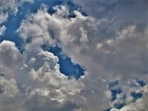 Geschwollene weiße Wolken im blauen Himmel lizenzfreies stockfoto
