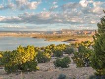 Geschwollene Wolken über Abiquiu See im New Mexiko stockfotos