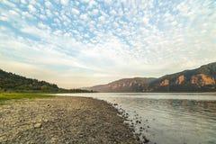 Geschwollene Wolken über dem Columbia River Stockfotografie