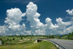 Geschwollene Wolken in der Landschaft Stockfotografie