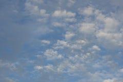 Geschwollene Wolken und blauer Himmel Lizenzfreie Stockbilder