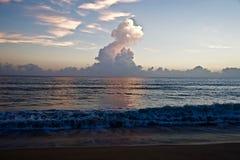 Geschwollener Turm des Himmels der Wolken morgens stockbilder