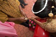 Gesegnetes Wasser goss heraus in thailändische Hochzeitszeremonie Stockfotografie