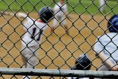 Gesehener durch Zaun des Baseballs Teig Lizenzfreie Stockfotos
