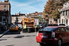 Gesehenes Arbeiten der Straßenreiniger außerhalb Universität Harvard, MA lizenzfreies stockfoto